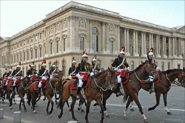 La Garde Républicaine devant le Palais du Louvre