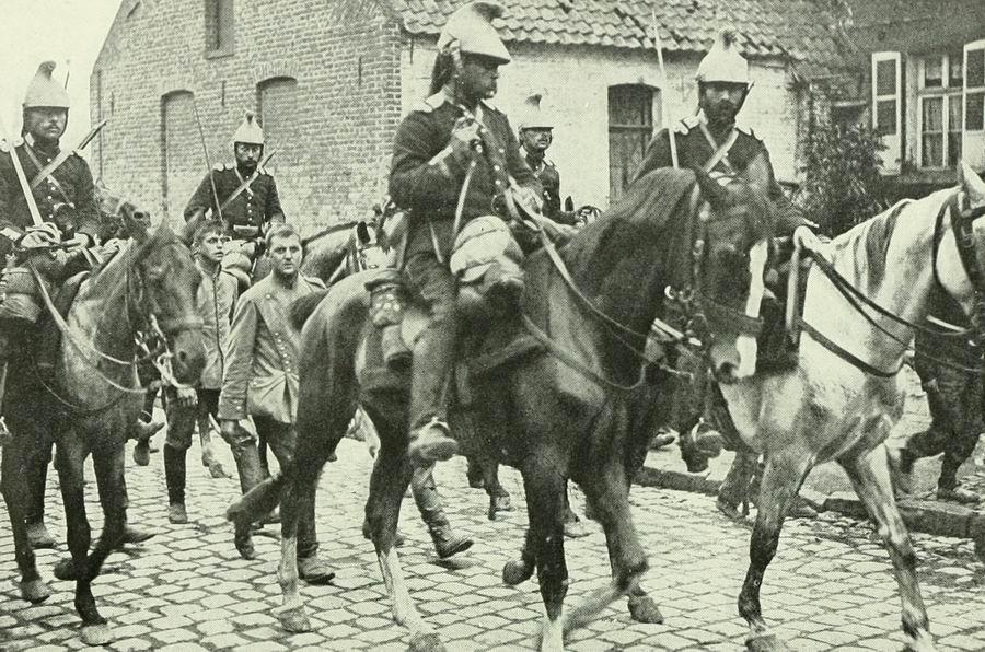 Les animaux, héros oubliés de la Grande Guerre . French_cavalry_prisonners