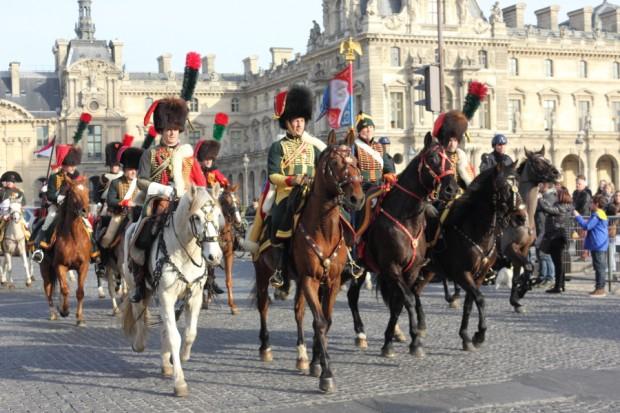 Le cortège devant le palais du Louvre